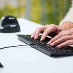 Eine ergonomische Tastatur hilft sehr stark